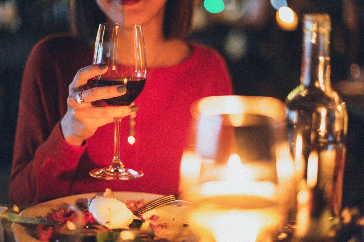 5 hábitos de cena que te hacen subir de peso y acortan la vida, según la ciencia