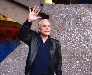 Enrique Guzmán fúrico y con la mascarilla mal puesta corrió a la prensa de su casa