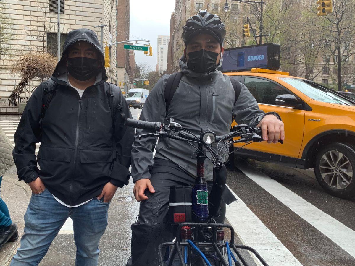 Gustavo Ajche, líder del Movimiento de los Deliveristas Unidos de Nueva York y Anthony Chávez, el Chapín en dos ruedas