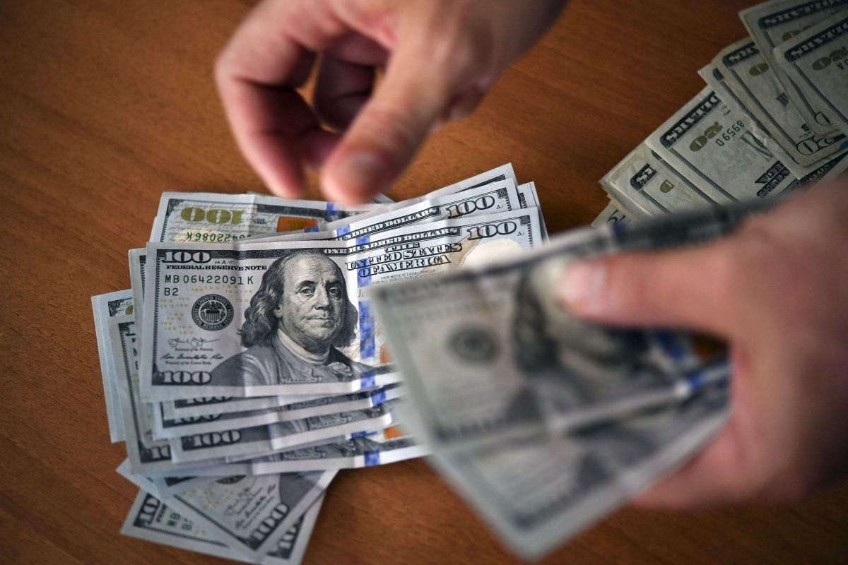 Así gastan el cheque de estímulo: Dos tercios de beneficiarios lo utilizan para comprar alimentos y pagar las facturas
