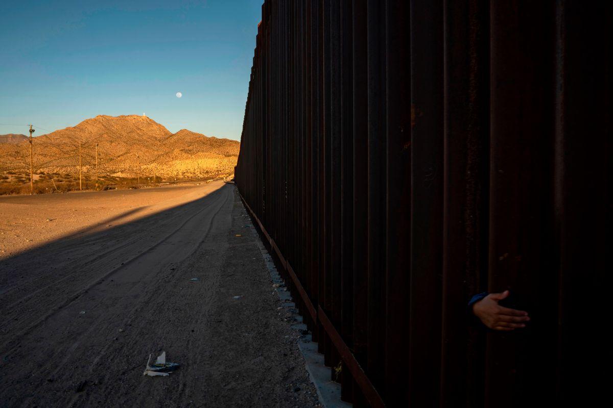 """Congresista proTrump trepó el muro para """"mostrar su eficacia"""" contra migrantes"""