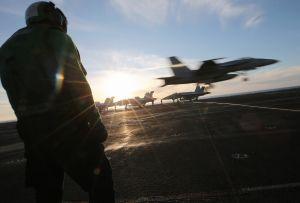 Un portaaviones de la Marina captó OVNIS triangulares y esféricos surcando el cielo