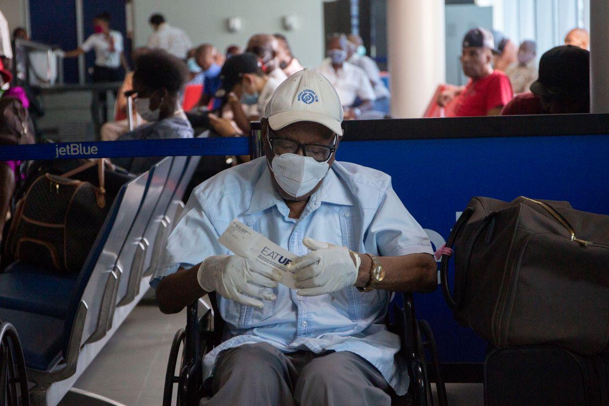 """Foto de archivo de un pasajero de JetBlue en el Aeropuerto Internacional de Puerto Príncipe en Haití.  Esta es una de las aerolíneas que favorece los """"pasaportes de vacunación""""."""