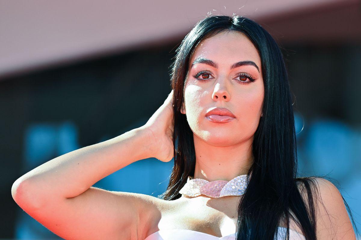 Georgina Rodríguez aparece feliz y vestida de blanco rodeada de diamantes