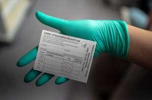 ¿Por qué es importante la tarjeta de vacunación contra COVID-19 que entregan a cada persona?