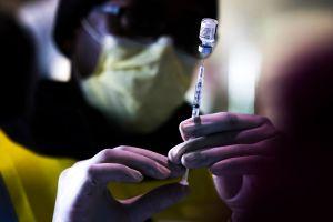 Vacuna de Pfizer contra COVID-19 podría requerir una tercera dosis