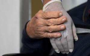 Los asilos se convirtieron en trampas mortales para ancianos latinos en la pandemia