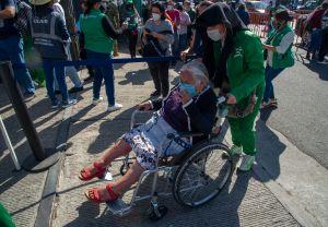 """Anciana pide auxilio a enfermero que la vacunó en México para escapar del """"secuestro"""" de su hija"""