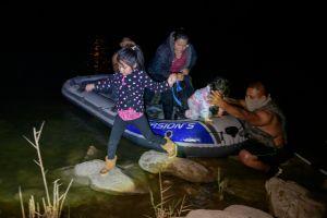 Policías en Texas desbaratan a cuchillazos balsas de coyotes que transportan a indocumentados por el Río Grande