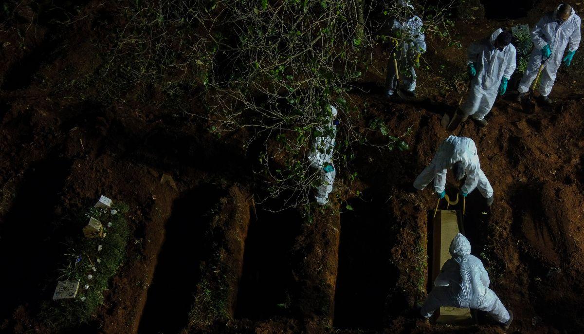 Imágenes del proceso de entierro en fosas comunes el pasado 31 de marzo en el cementerio Vila Formosa de Sao Paulo, en Brasil, en medio del incremento de muertes por coronavirus en el estado.