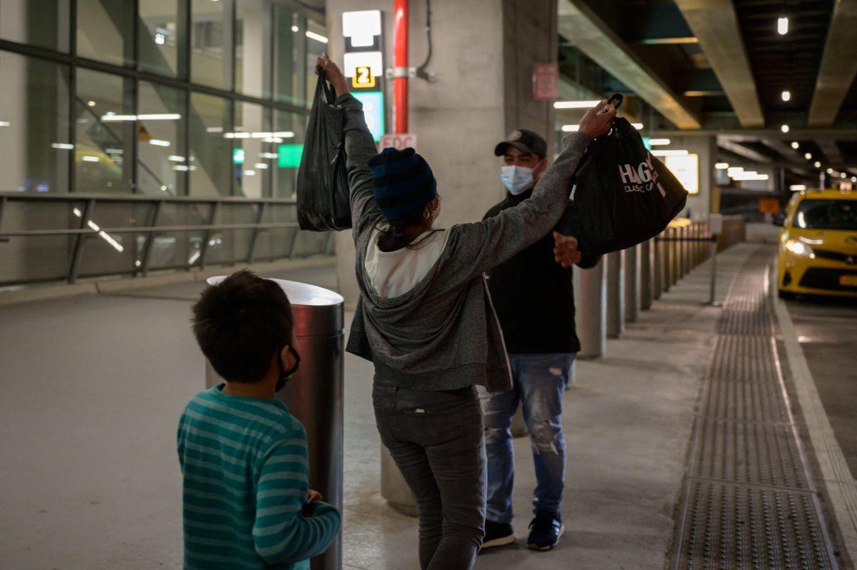 """""""¿Eres nuestra mamá""""?"""", las desgarradoras palabras de una niña migrante mexicana al reencontrarse con su madre"""