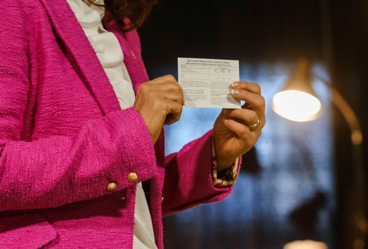 La gobernadora de Michigan, Gretchen Whitmer, con su tarjeta de vacunación.