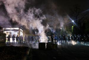 Policías matan a afroamericano en Minneapolis cerca de donde asfixiaron a George Floyd y desatan protestas masivas
