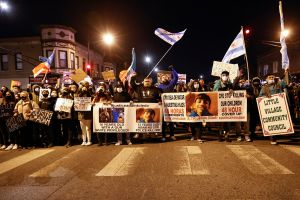 Cientos de manifestantes en Chicago piden justicia tras muerte de Adam Toledo a manos de la Policía