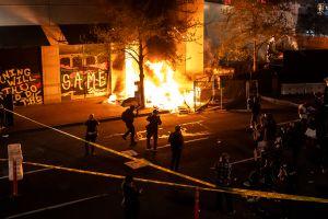 Antifa amenaza en video con matar a alcalde de Portland y seguir vandalismo si no renuncia al cargo