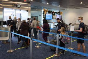 Pasajeros de American Airlines se enfrentan a los puños en vestíbulo de aeropuerto en Miami por falta de asientos en avión