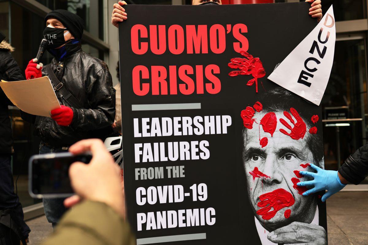 Contralor pide también investigar a Cuomo por uso de personal de la gobernación de NY para escribir libro alabándose en la pandemia