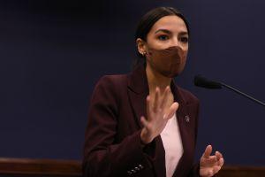 Alexandria Ocasio-Cortez y otros demócratas inconformes con los $2.25 billones para nuevo plan de estímulo de Biden