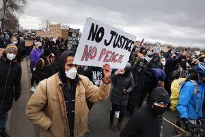 VIDEO: Manifestantes en Minnesota por muerte de Daunte Wright atacan con botellas y huevos a equipo de CNN