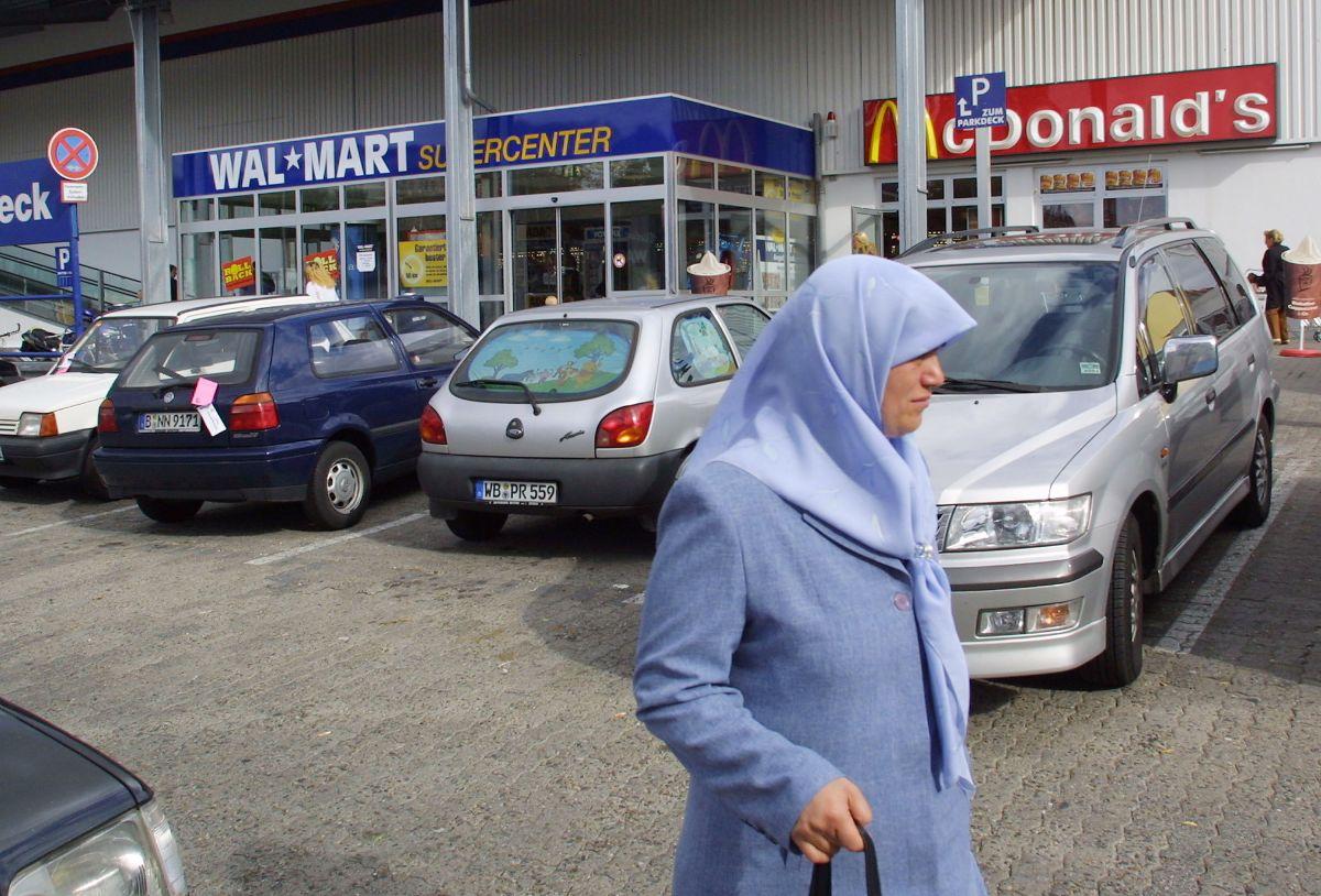 Walmart da la bienvenida a Domino's y Taco Bell después de que McDonald's ordenó el cierre de algunos de sus restaurantes