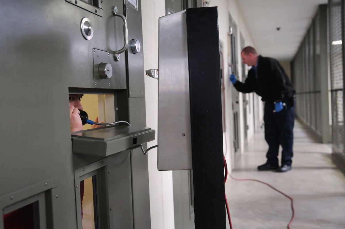 Estudios han mostrado que los presos negros y latinos tienen una mayor probabilidad de ser enviados a confinamiento solitario.
