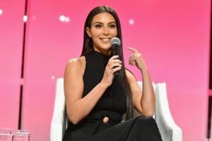 Kim Kardashian muestra sus voluptuosos encantos con un bikini nude desde la playa