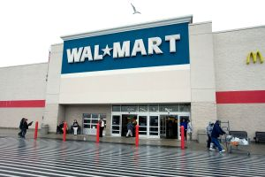Walmart es demandado por la familia de un empleado que compró un arma y se suicidó durante su almuerzo