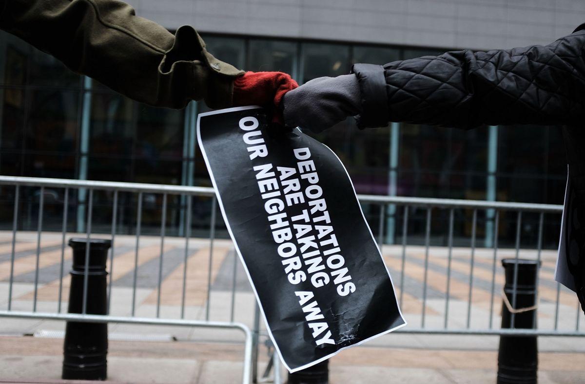 Un cambio en las políticas de deportación ayudaría a despresurizar los tribunales migratorios.
