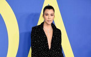 Una larga trenza recorre la espalda de Kourtney Kardashian, una sencilla imagen con la que hizo una gran revelación