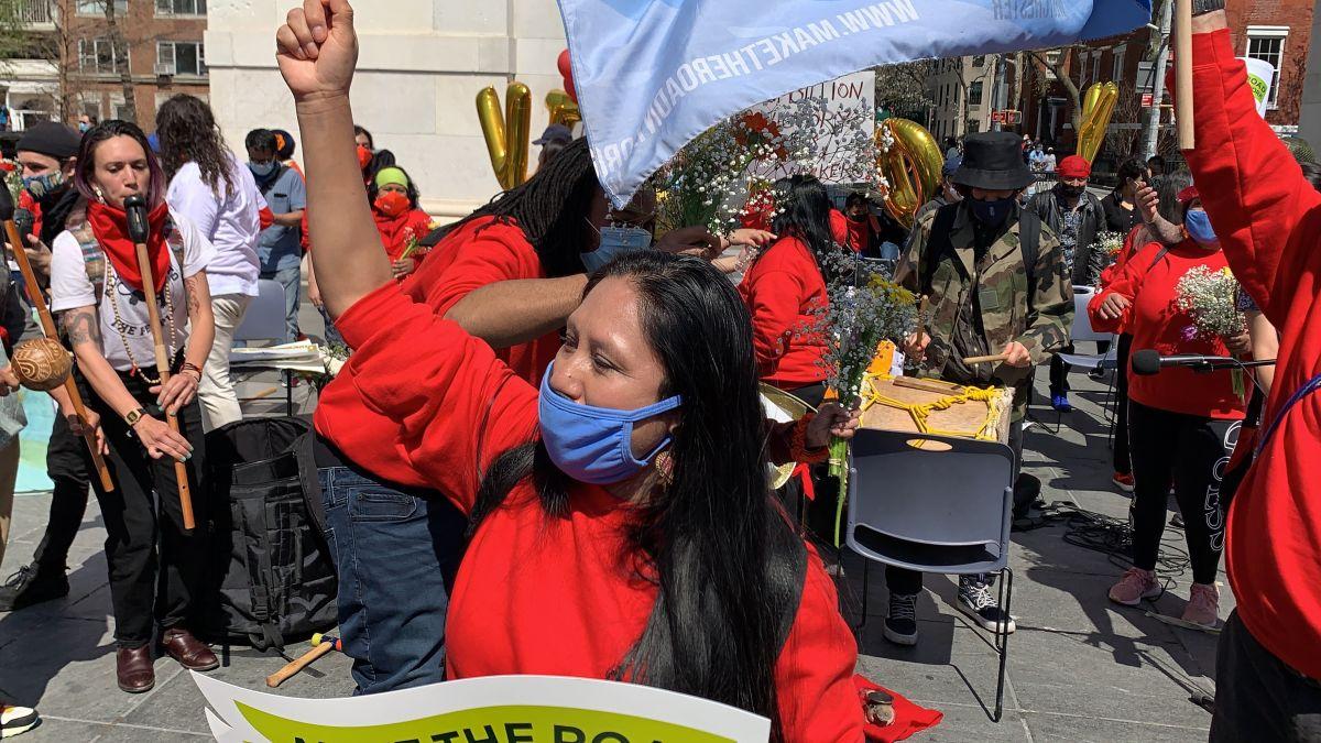 Trabajadores excluidos festejan la aprobación de los fondos que les darán ayuda.