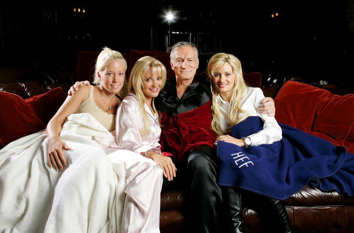 Hugh Hefner con Kendra Wilkinson, Bridget Marquardt y Holly Madison. Esta última dio detalles de su vida en la mansión Playboy.