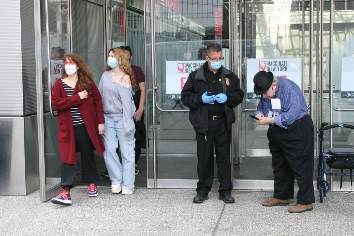 NYC enfrenta ahora el duro reto de vacunar contra el COVID-19 a quienes vacilan o desconfían de los nuevos fármacos