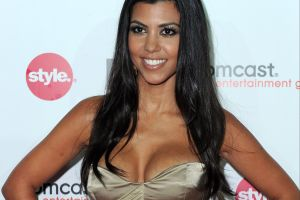 Kourtney Kardashian presume cuerpazo con un bikini que brilla en la oscuridad