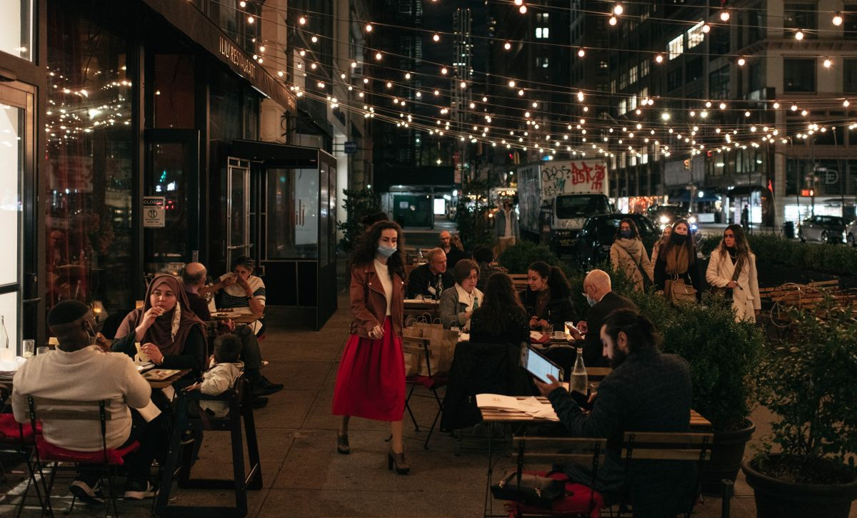 Terminará el 'toque de queda' de medianoche para servir comida y bebidas en restaurantes de NYC
