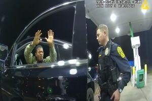"""VIDEO: """"Estoy sirviendo a este país, ¿y así me tratan?"""", militar de origen afroamericano e hispano rociado con gas pimienta"""