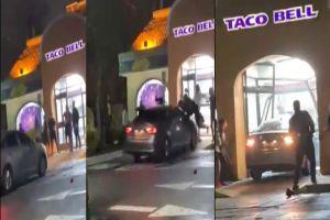 VIDEO: Mujer embiste con auto a personas en Taco Bell tras trifulca; este es el instante exacto