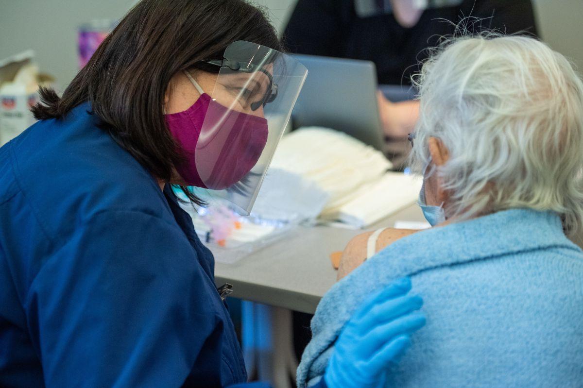 Neoyorquinos mayores de 75 años no necesitan hacer una cita para vacunarse, solo tienen que ir al sitio y recibir la dosis.