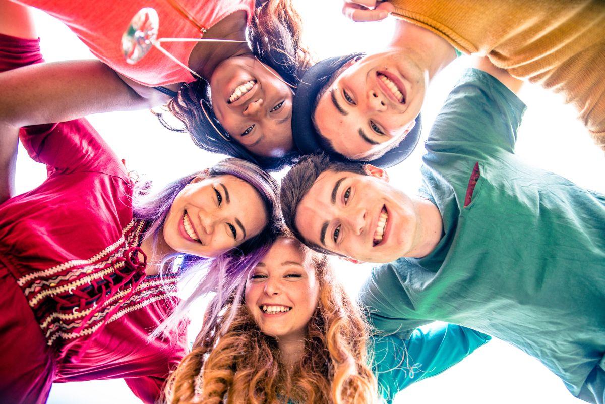 Los adolescentes necesitan encajar en grupos con sus pares. Es importante mantener buena comunicación con ellos para evitar que sigan ejemplos inapropiados.