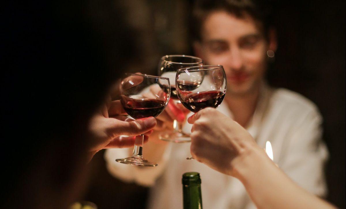 ¿Se puede beber alcohol tras haberte vacunado contra el coronavirus?