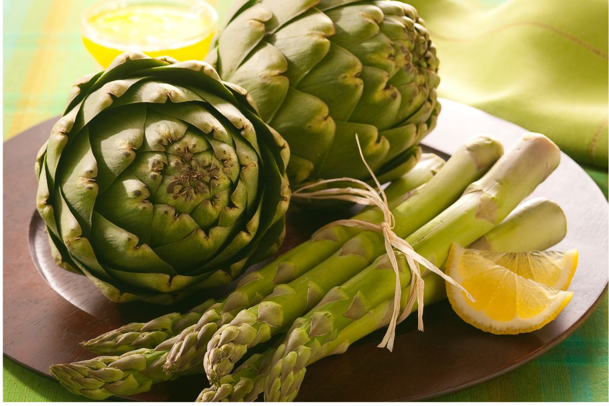 Las alcachofas son ricas en vitamina A y C, que les confieren un gran poder antioxidante y antiinflamatorio. Además contienen inulina, el compuesto perfecto para bajar de peso, gracias a sus propiedades laxantes y depurativas.