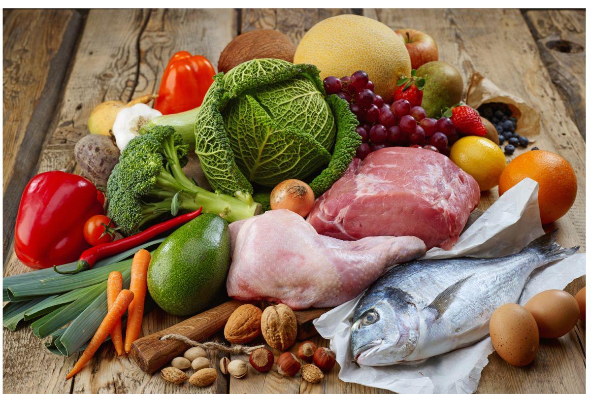 Los requerimientos de hierro suelen variar de acuerdo con cada etapa de la vida. Para cumplir con la dosis recomendada, se aconseja el consumo de: carnes, pescados, mariscos, huevo, espinacas, fresas, frijoles, semillas, lentejas y frutos secos.