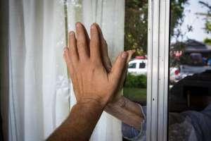 La conmovedora historia del anciano de 90 años que todos los días tiene que ver a su esposa desde la ventana de asilo por el coronavirus