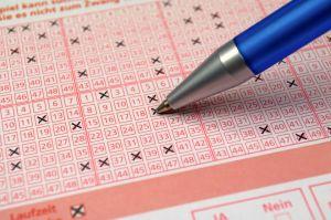 Anciano olvida sus lentes e increíblemente, gana la lotería