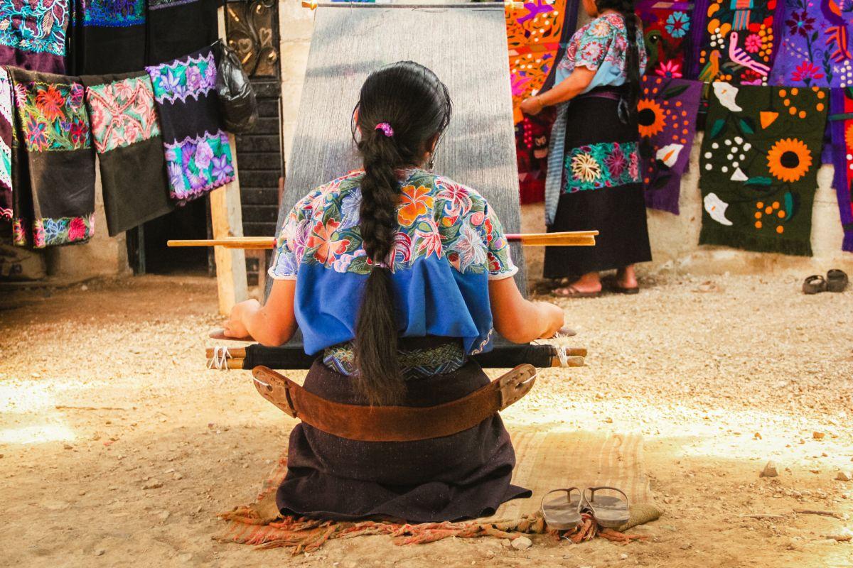 Artesana mexicana es duramente criticada por querer hablar inglés