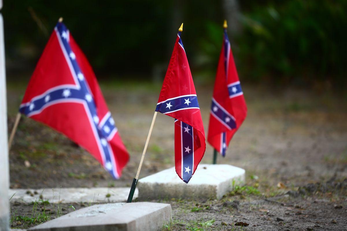 Niño de 12 años enfrenta a hombre por tener bandera confederada en el jardín de su casa