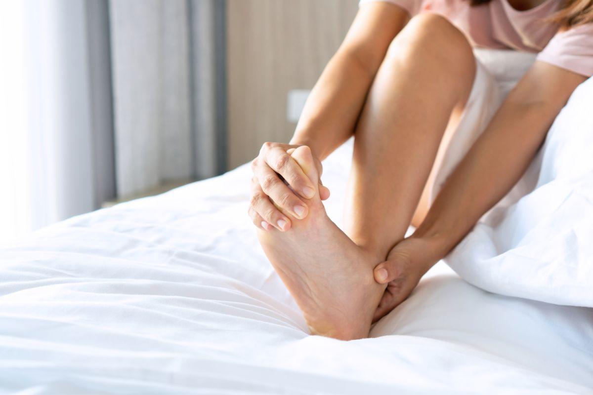 Esa fuerte contracción o estrechamiento muscular ocurre de repente y puede durar entre varios segundos y unos pocos minutos.