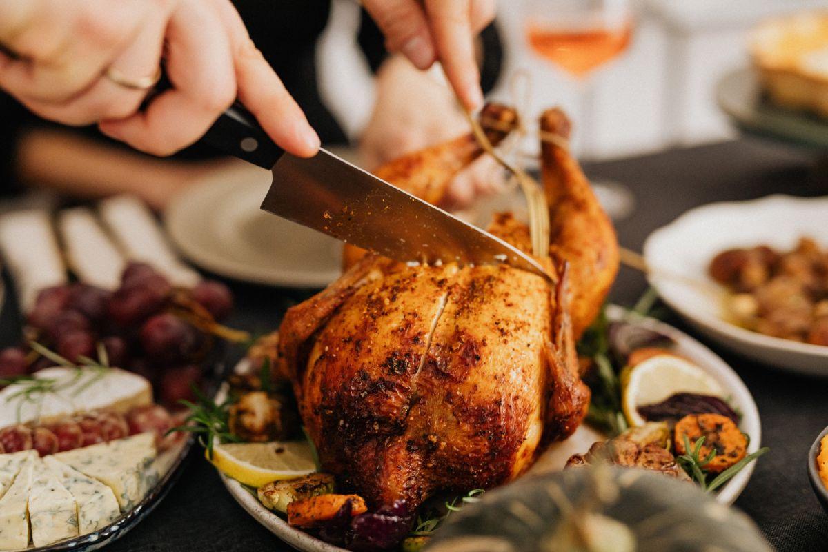 YouTuber sorprende al lograr cocinar pollo solo con golpes