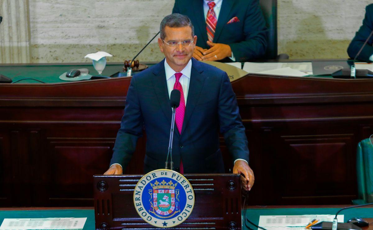 Fotografía cedida por La Fortaleza donde aparece el gobernador de Puerto Rico, Pedro Pierluisi mientras ofrece su primer mensaje de situación de Estado este miércoles, en San Juan (Puerto Rico).