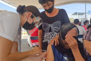 Anciana entrega nota a enfermero que la vacunó contra COVID para denunciar maltrato de su hija y yerno