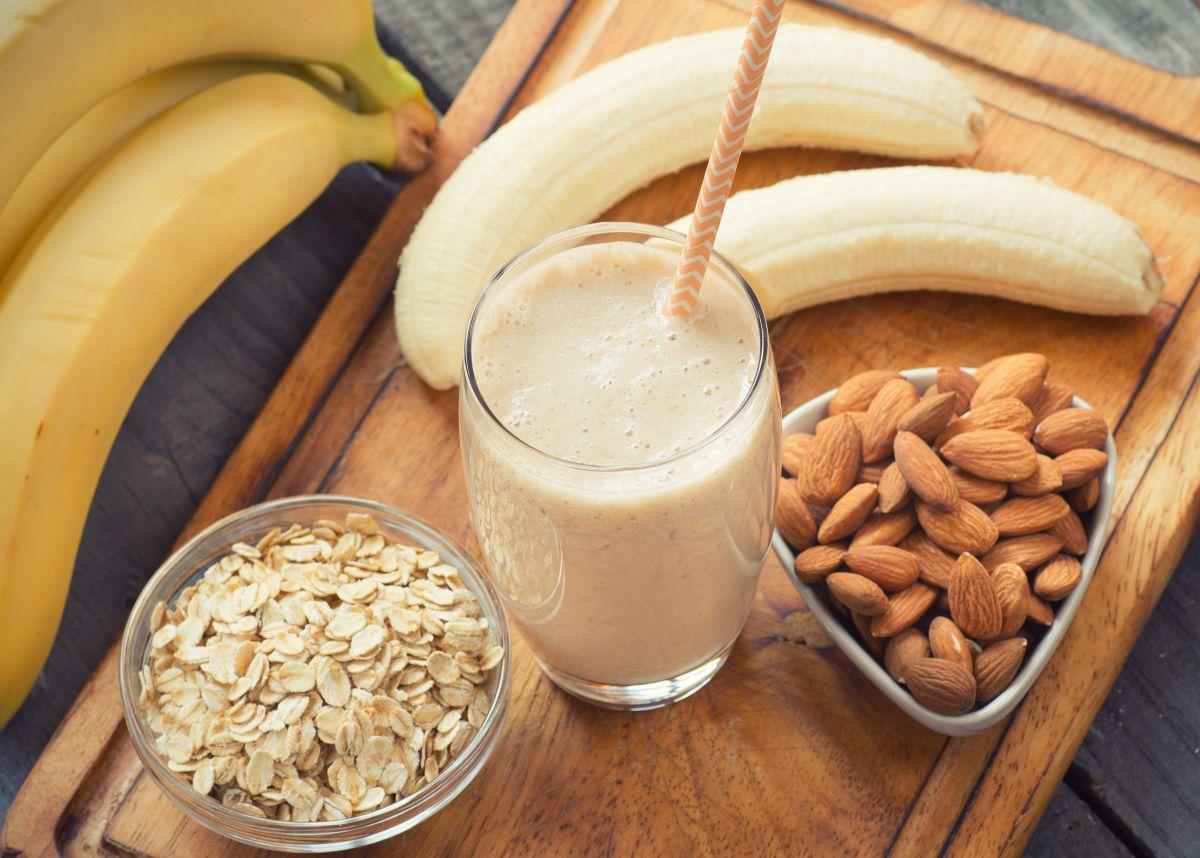 La leche de avena es un alimento que beneficia la salud digestiva e intestinal, es un gran aliado para bajar de peso y una buena opción sin gluten ni lactosa.